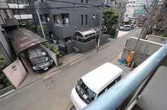 ベランダからは、建物前の通りを見渡せます。(207号室)(2013-02-12,専有部,ROOM,2F)