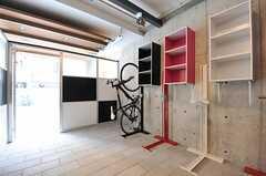 屋内自転車置場の様子2。立てて保管できます。(2013-03-10,共用部,GARAGE,1F)