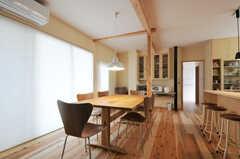 廊下から見たリビングの様子。床は多摩産の杉の無垢材との事。(2012-03-31,共用部,LIVINGROOM,1F)