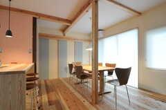 奥に和室があります。掃き出し窓からは、庭へ出られます。(2012-03-31,共用部,LIVINGROOM,1F)