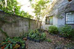 リビングから見た庭の様子。瓦で作った菜園スペースは入居者さんが自由に利用できます。(2015-10-15,共用部,OTHER,1F)