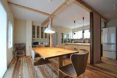 リビングの奥にキッチンが見えます。(2012-03-13,共用部,LIVINGROOM,1F)