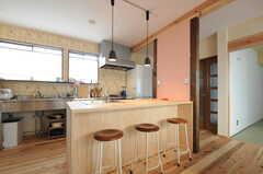 カウンターテーブルの天板も杉材です。(2012-03-13,共用部,KITCHEN,1F)