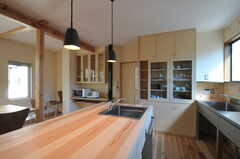 カウンターテーブルと食器棚の様子。(2012-03-13,共用部,KITCHEN,1F)