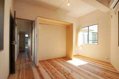 専有部の様子。棚には洋服が掛けられるようポールが渡してあります。(102号室)(2012-03-13,専有部,ROOM,1F)