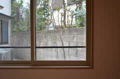 スチールサッシ、その2。断熱性にも配慮して内窓もついています。(102号室)(2012-03-31,専有部,ROOM,1F)