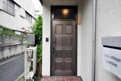 シェアハウスの正面玄関。(2010-09-15,周辺環境,ENTRANCE,1F)