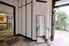 内部から見た玄関周りの様子。(2010-09-15,周辺環境,ENTRANCE,1F)