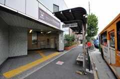 都営大江戸線・落合南長崎駅の様子。駅前にはバス停もあります。(2010-09-15,共用部,ENVIRONMENT,1F)