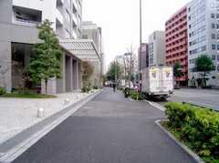 東京メトロ大江戸線東新宿駅からシェアハウスへ向かう道の様子。(2006-11-30,共用部,ENVIRONMENT,1F)