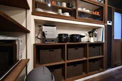 収納棚の様子2。トースター、炊飯器、コーヒーメーカーが設置されています。(2018-05-09,共用部,KITCHEN,1F)