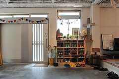 玄関まわりの様子。靴箱や椅子が置かれています。(2014-04-16,共用部,OTHER,1F)