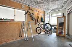 ガレージの様子2。自転車用のバイクラックが並んでいます。(2014-04-16,共用部,OTHER,1F)