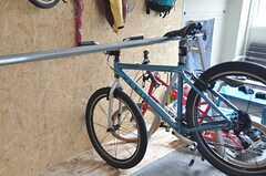 バイクラックに掛けた自転車。下が土間なので、メンテナンスしやすそうです。(2014-04-16,共用部,OTHER,1F)