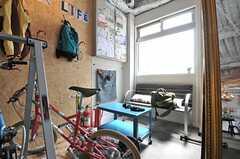 ガレージの奥にあるベンチの様子。(2014-04-16,共用部,OTHER,1F)
