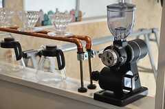 カウンターにはコーヒーミルとドリップスタンドが置かれています。(2014-04-16,共用部,LIVINGROOM,1F)