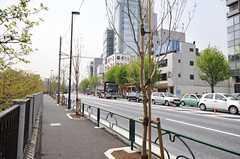 シェアハウスから各線・市ヶ谷駅へ向かう道の様子。(2014-04-16,共用部,ENVIRONMENT,1F)