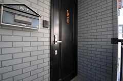 シェアハウスの玄関ドア。外階段を上がったところにあります。(2012-10-16,周辺環境,ENTRANCE,2F)