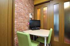 テーブルにはテレビが置かれています。(2012-10-16,共用部,LIVINGROOM,2F)