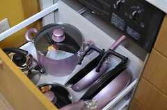 コンロ下には調理器具が収納されています。(2012-10-16,共用部,KITCHEN,2F)