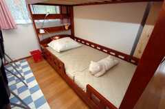 ドミトリーの様子。ベッド下段でも高さがあるのでそれほど窮屈ではない。(408b号室)(2008-07-14,専有部,ROOM,4F)