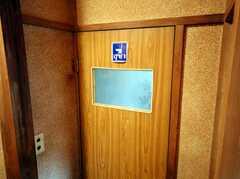トイレ扉にはタイ語のシールが貼ってありました。(2008-03-03,共用部,TOILET,1F)