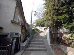 シェアハウス脇の見事な階段。登ると面白いオブジェが。(2008-03-03,共用部,ENVIRONMENT,1F)