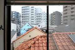 窓にはいくつもの三角屋根が映ります。(2014-03-26,共用部,LIVINGROOM,3F)