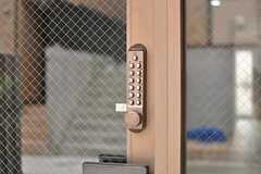 玄関の鍵はナンバー式です。(2012-09-28,周辺環境,ENTRANCE,1F)