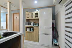 食器棚と冷蔵庫の様子。(2020-09-26,共用部,KITCHEN,2F)