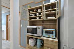 食器類とキッチン家電の様子。食器棚も専有部ごとに使えるスペースが決まっています。(2020-09-26,共用部,KITCHEN,2F)