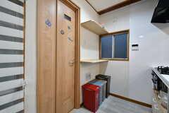 トイレのドアとゴミ箱周辺の様子。(2020-09-26,共用部,KITCHEN,2F)