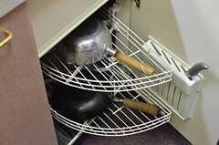 鍋類は引き出し式の収納の中に。(2014-04-05,共用部,KITCHEN,4F)