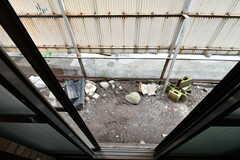 掃き出し窓の外の様子。(102号室)(2020-06-16,専有部,ROOM,1F)