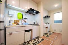キッチンの様子。2台並んでいます。(2014-01-10,共用部,KITCHEN,1F)