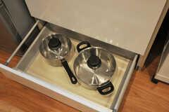 鍋類は引き出しの中へ収納されています。(2013-12-19,共用部,KITCHEN,1F)