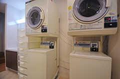 コイン式の洗濯機と乾燥機。(2013-12-19,共用部,LAUNDRY,1F)