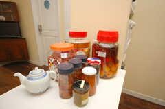 季節によっては庭で採れた果実でお酒を作ることもあるのだそう。(2008-07-22,共用部,KITCHEN,1F)