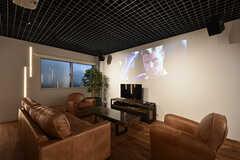 ソファスペースの様子。テレビの他に天井から吊るされたプロジェクターで映像を映し出すこともできます。スピーカーも設置されています。(2016-07-29,共用部,LIVINGROOM,)