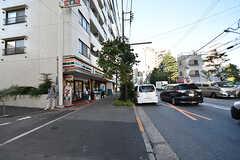 大久保通り沿いはコンビニやチェーン店も多く便利な場所。(2016-07-29,共用部,ENVIRONMENT,1F)