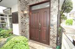 シェアハウスの正面玄関。(2009-06-29,周辺環境,ENTRANCE,1F)