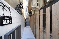 建物の脇の階段を上がり、正面玄関へ。階段には足場板が張られています。(2012-01-07,周辺環境,ENTRANCE,1F)