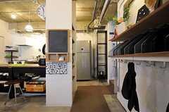 正面玄関から見た内部の様子。靴箱は無く、建物内は靴のままで移動できます。突き当たりの冷蔵庫から右を向くと、専有部へと続く廊下と階段があります。(2011-11-01,周辺環境,ENTRANCE,2F)