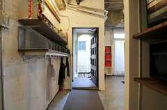 内部から見た玄関周りの様子。(2011-11-01,周辺環境,ENTRANCE,2F)