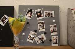 コミュニケーション・ボードには、写真が貼られています。(2011-11-01,共用部,OTHER,2F)