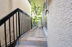 ベランダの様子。こちらも足場板が張られています。(2011-11-01,共用部,LIVINGROOM,2F)