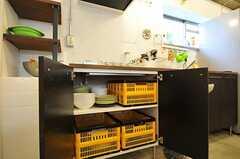 ガスコンロ下に収納された食器の様子。(2011-11-01,共用部,KITCHEN,2F)