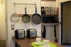炊飯器とフライパンの様子。(2011-11-01,共用部,KITCHEN,2F)
