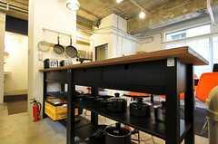 鍋類は作業台の下に。(2011-11-01,共用部,KITCHEN,2F)