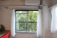 窓の外は裏手の公園の緑。(302号室)(2011-11-01,専有部,ROOM,3F)